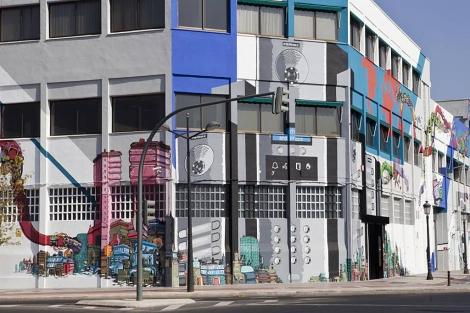 Fachada del edificio Fermax con el mural de 1.600 m2
