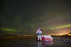 El atleta de parapente Horacio Llorens después de bailar con Auroras Boreales_Foto Frode Sandbech_Red Bull Content Pool